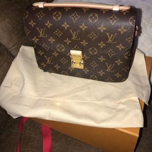 Brand new Louis Vuitton pochette metis!!